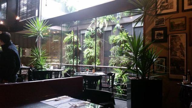 O jardim de inverno que dá um charme no restaurante.