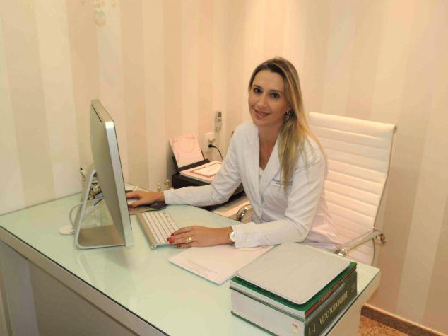 A Dra. Juliana Delia em seu consultório.