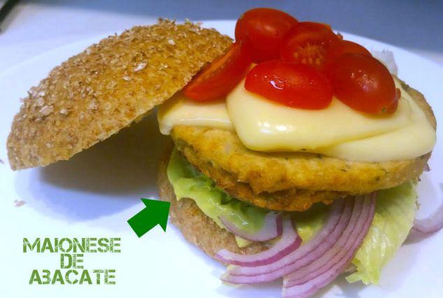 Esse é o sanduíche que fiz ontem com hambúrguer de soja e maionese de abacate.