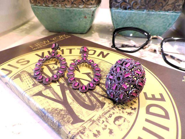Olha esse conjunto todo cravejado com pedras rosas, muito maravilhoso!!!