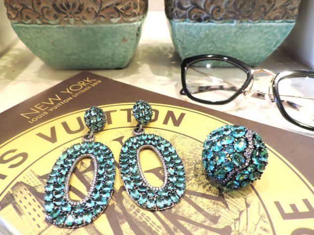 E esse conjunto cravejado com pedras verdes?! Maravilhoso demais!!! Olha o anel que coisa mais linda!!!