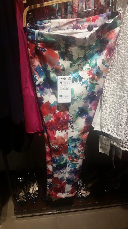 Calça clara com estampa que parece floral. Preço: R$ 179,00.