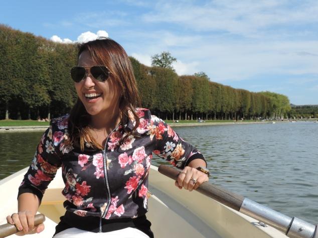 No Palácio de Versalhes têm barcos no Gran Canal de seu jardim para  passear, é super romântico e o dia que fomos estava lindo. Na foto, meu marido tinha cansado de remar e eu peguei o comando, mas bati no barco de todo mundo, kkk...