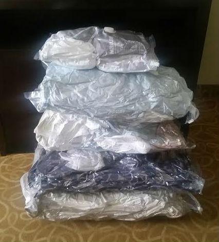 Aqui estão 4 conjuntos de edredons para cama, uns 10 lençóis, toalha e almofada, rs... Space Bag milagroso!